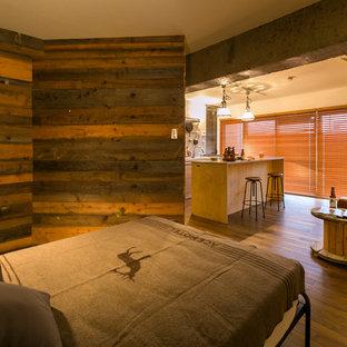 他の地域のインダストリアルスタイルのおしゃれな寝室 (白い壁、無垢フローリング、茶色い床) のインテリア
