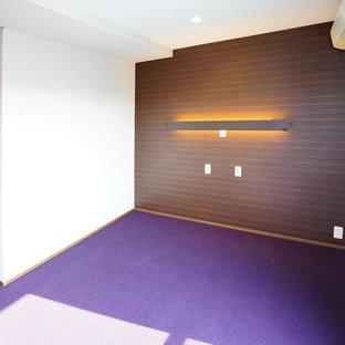 Ejemplo de dormitorio principal, minimalista, de tamaño medio, con paredes púrpuras, moqueta y suelo violeta