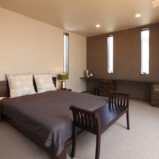 他の地域のモダンスタイルのおしゃれな寝室 (マルチカラーの壁、カーペット敷き、グレーの床) のレイアウト