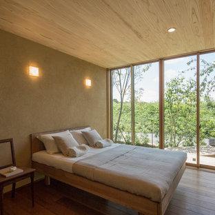 名古屋のアジアンスタイルのおしゃれな主寝室 (ベージュの壁、無垢フローリング、茶色い床)