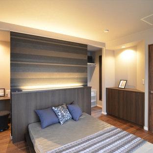 他の地域の中くらいのおしゃれな主寝室 (白い壁、濃色無垢フローリング、暖炉なし、茶色い床、クロスの天井、壁紙) のインテリア
