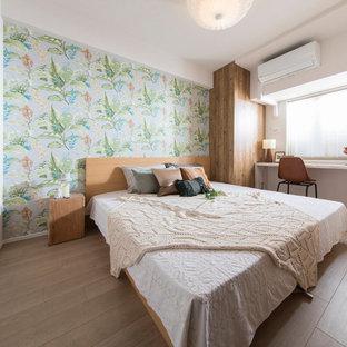 他の地域のコンテンポラリースタイルのおしゃれな主寝室 (緑の壁、合板フローリング、暖炉なし、ベージュの床)