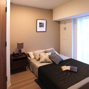 東京23区の小さいコンテンポラリースタイルのおしゃれな寝室 (茶色い壁、無垢フローリング、茶色い床) のレイアウト