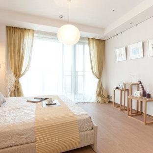 東京23区のコンテンポラリースタイルのおしゃれな寝室 (白い壁、淡色無垢フローリング、茶色い床) のインテリア