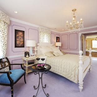 Foto de dormitorio clásico con paredes púrpuras, moqueta y suelo violeta