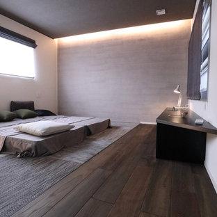 Diseño de dormitorio principal, minimalista, pequeño, sin chimenea, con paredes grises, suelo de madera oscura y suelo verde