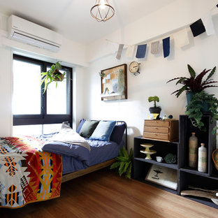 東京23区のエクレクティックスタイルのおしゃれな寝室 (白い壁、無垢フローリング)