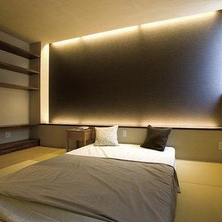 Aménagement d'une chambre contemporaine avec un sol de tatami et un sol vert.