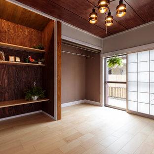 Exempel på ett litet shabby chic-inspirerat huvudsovrum, med grå väggar, plywoodgolv och beiget golv