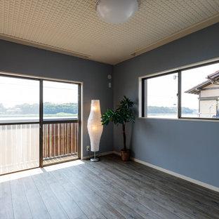 Стильный дизайн: маленькая хозяйская спальня в морском стиле с синими стенами, полом из линолеума и коричневым полом - последний тренд