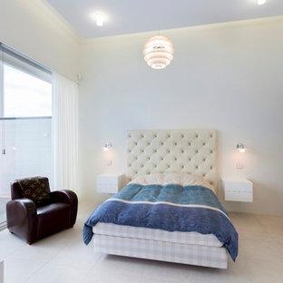 他の地域のモダンスタイルのおしゃれな寝室 (白い壁、白い床)