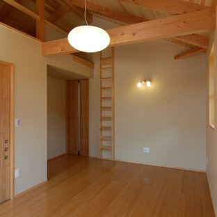 Foto de dormitorio principal, asiático, sin chimenea, con paredes blancas, suelo de contrachapado y suelo beige