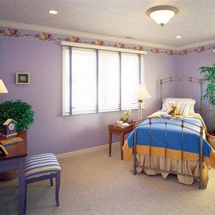 他の地域のヴィクトリアン調のおしゃれな寝室 (紫の壁、カーペット敷き、グレーの床)