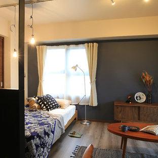 他の地域の小さい北欧スタイルのおしゃれな寝室 (黒い壁、塗装フローリング、グレーの床) のレイアウト
