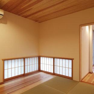 Foto de habitación de invitados moderna, pequeña, con paredes blancas y tatami