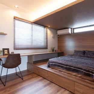 他の地域の北欧スタイルのおしゃれな寝室 (白い壁、無垢フローリング、茶色い床) のレイアウト
