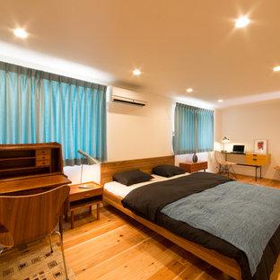 他の地域のモダンスタイルのおしゃれな寝室 (無垢フローリング、茶色い床) のレイアウト