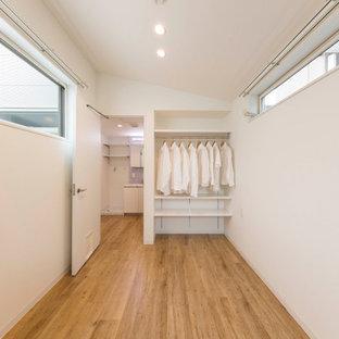 東京23区の小さい北欧スタイルのおしゃれな主寝室 (白い壁、淡色無垢フローリング、ベージュの床、クロスの天井、壁紙)