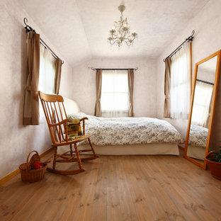 他の地域のトランジショナルスタイルのおしゃれな寝室 (ピンクの壁、無垢フローリング、茶色い床) のレイアウト