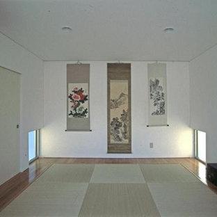 Ejemplo de dormitorio principal, de estilo zen, sin chimenea, con paredes blancas, tatami y suelo verde