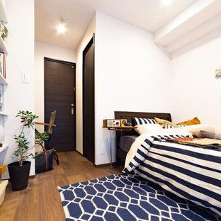 東京23区の小さい北欧スタイルのおしゃれな寝室 (白い壁、無垢フローリング、茶色い床) のレイアウト
