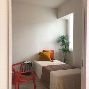 東京23区のコンテンポラリースタイルのおしゃれな寝室 (白い壁、無垢フローリング、茶色い床)