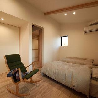 他の地域の和風のおしゃれな寝室 (白い壁、淡色無垢フローリング、茶色い床)