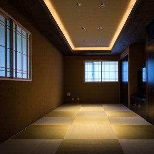 Ejemplo de habitación de invitados minimalista, grande, con paredes marrones y tatami