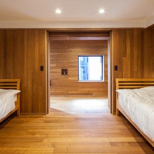 大阪のモダンスタイルのおしゃれな寝室 (白い壁、無垢フローリング) のレイアウト
