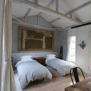 京都の中サイズのカントリー調のゲスト用寝室の画像 (ベージュの壁、淡色無垢フローリング)