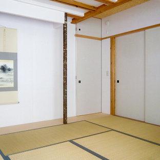 На фото: гостевая спальня среднего размера в восточном стиле с белыми стенами, татами и бежевым полом без камина с
