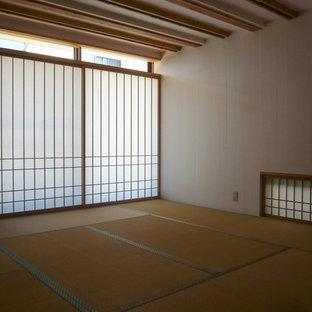 Diseño de habitación de invitados asiática, de tamaño medio, sin chimenea, con paredes blancas, tatami y suelo beige