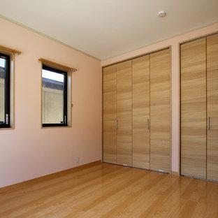 Idee per una piccola camera da letto minimalista con pareti rosa, pavimento in compensato e pavimento beige