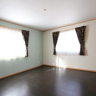 Idéer för ett litet modernt huvudsovrum, med blå väggar, korkgolv och svart golv