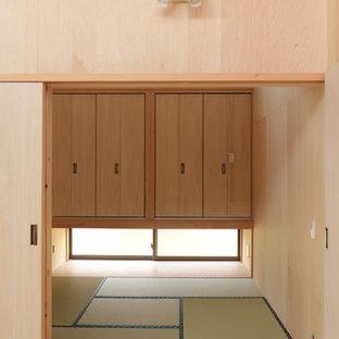 他の地域の小さい和風のおしゃれな主寝室 (ベージュの壁、畳、暖炉なし、緑の床)