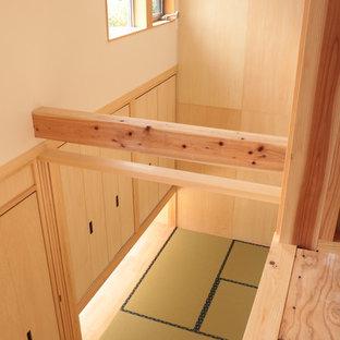 他の地域の小さい和風のおしゃれな主寝室 (ベージュの壁、畳、暖炉なし、緑の床) のインテリア