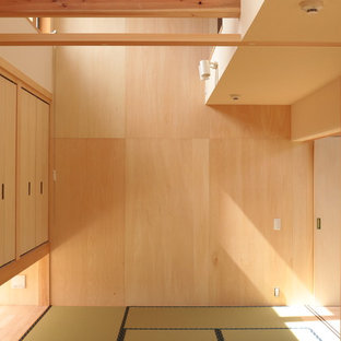 Ispirazione per una piccola camera matrimoniale etnica con pareti beige, pavimento in tatami, nessun camino e pavimento verde