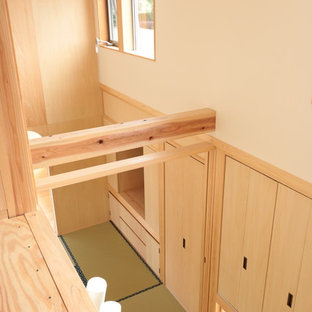 Imagen de dormitorio principal, asiático, pequeño, sin chimenea, con paredes blancas, tatami y suelo verde