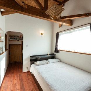他の地域の中サイズのカントリー風おしゃれな主寝室 (白い壁、濃色無垢フローリング、茶色い床) のレイアウト