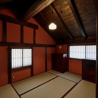 Modelo de dormitorio principal, de estilo zen, sin chimenea, con paredes rojas y tatami