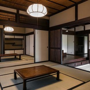 Aménagement d'une chambre d'amis asiatique avec un mur beige et un sol de tatami.
