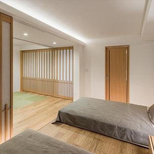 和風のおしゃれな主寝室 (白い壁、淡色無垢フローリング、暖炉なし、ベージュの床) のレイアウト