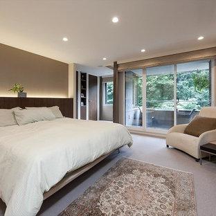 モダンスタイルのおしゃれな主寝室 (白い壁、カーペット敷き、暖炉なし、グレーの床) のインテリア