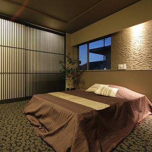 他の地域のモダンスタイルのおしゃれな寝室 (ベージュの壁、カーペット敷き、マルチカラーの床)