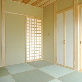 Modelo de habitación de invitados de estilo zen, de tamaño medio, con paredes beige, tatami y suelo verde