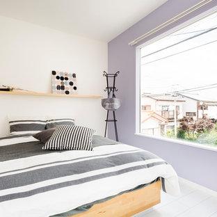 東京都下のコンテンポラリースタイルのおしゃれな寝室 (紫の壁、白い床) のインテリア