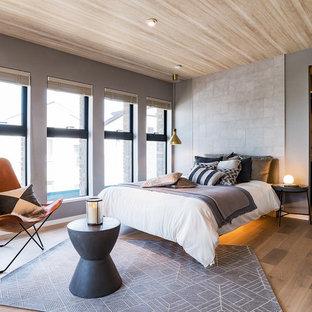 横浜のアジアンスタイルのおしゃれな寝室 (グレーの壁、無垢フローリング、茶色い床) のインテリア