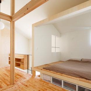 他の地域のインダストリアルスタイルのおしゃれな寝室 (白い壁、淡色無垢フローリング、ベージュの床) のレイアウト