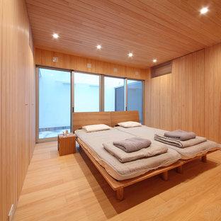 大阪の中サイズのコンテンポラリースタイルのおしゃれな寝室 (茶色い壁、無垢フローリング、茶色い床) のインテリア