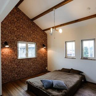 名古屋のカントリー調の寝室の画像 (白い壁、無垢フローリング、茶色い床)